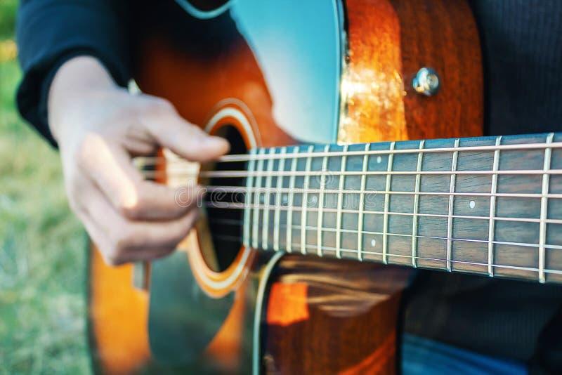 Jogue a guitarra Cordas esticadas da guitarra Recrea??o ao ar livre foto de stock