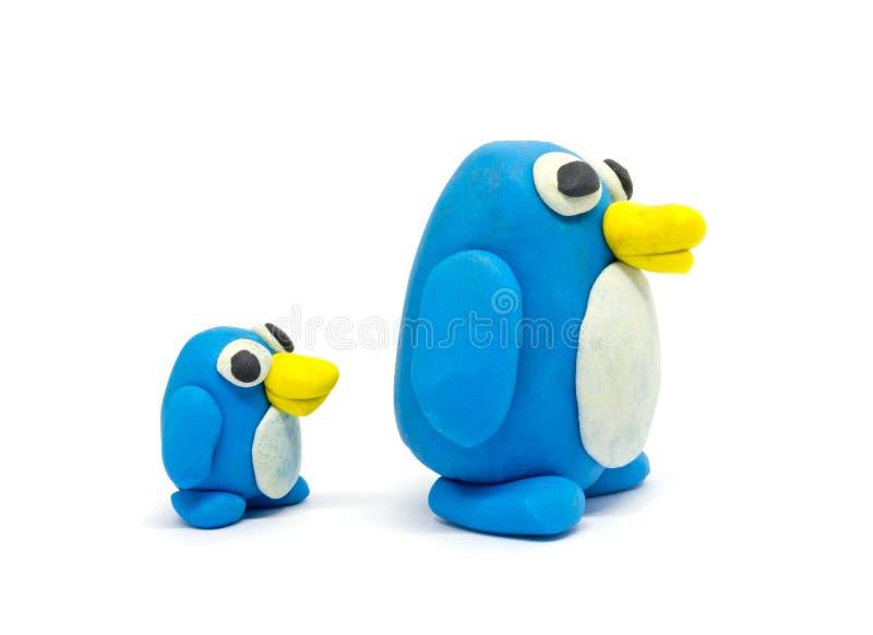 Jogue o pai e o filho do pinguim da massa no fundo branco fotografia de stock