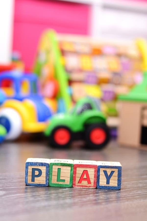 Jogue a palavra dos cubos coloridos com muitos brinquedos imagem de stock royalty free