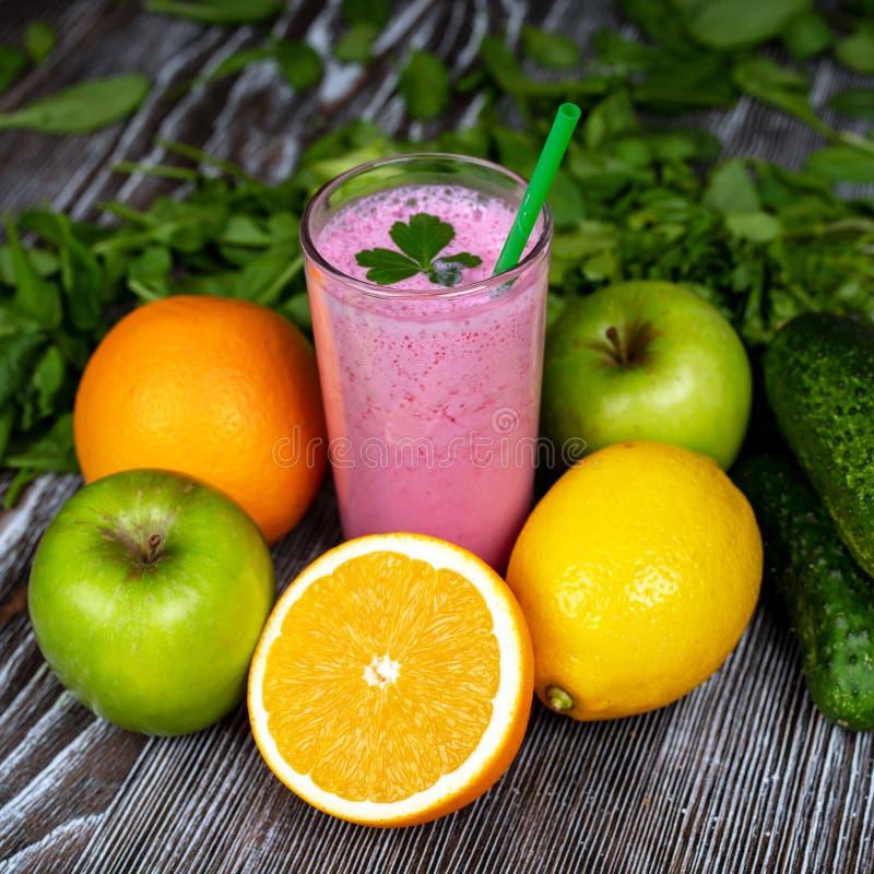 Jogurt der roten Rübe und bunte Früchte lizenzfreie stockbilder