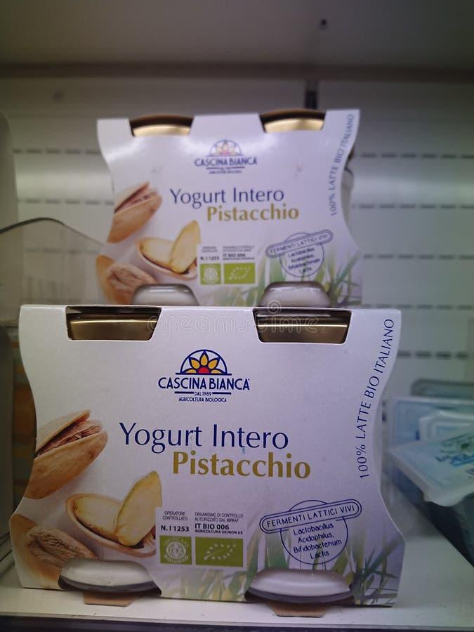 Jogurt durch die italienische Marke Cascina Bianca stockfotos