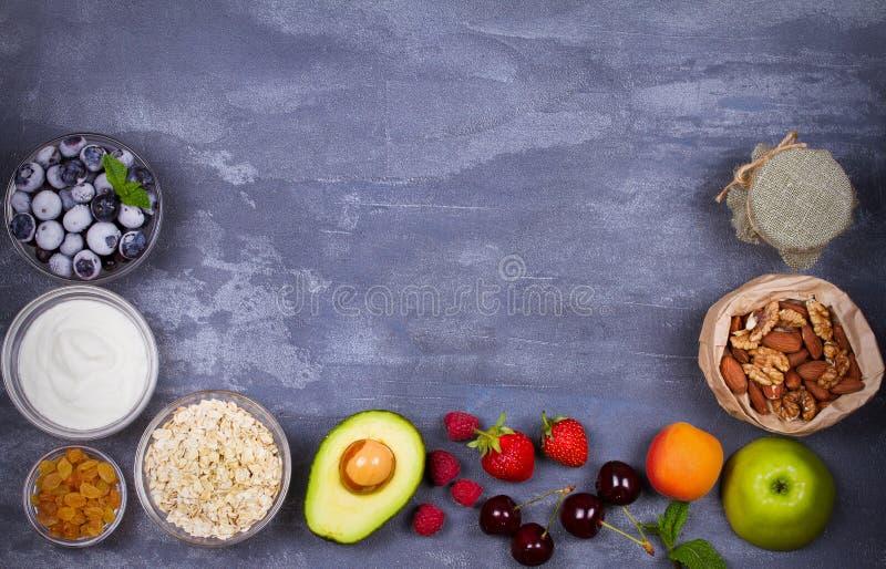 Jogurt, Hafer-Flocken, Früchte, Honig und Sommer-Beeren Ansicht von oben, Spitzenatelieraufnahme des Fruchthintergrundes lizenzfreie stockfotos