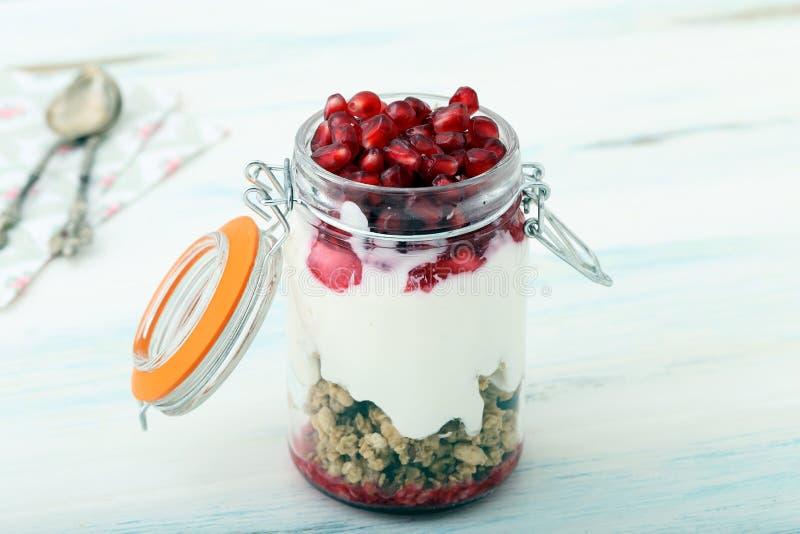 Jogurt i granola obrazy royalty free