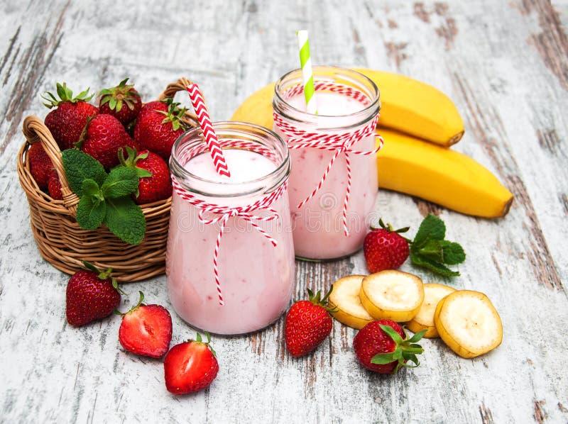 Jogurt mit Erdbeeren und Bananen lizenzfreie stockbilder