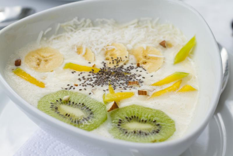 Jogurt mit Mango chia Kiwi im weißen keramischen Teller mit weißen Tischdecken lizenzfreie stockfotos