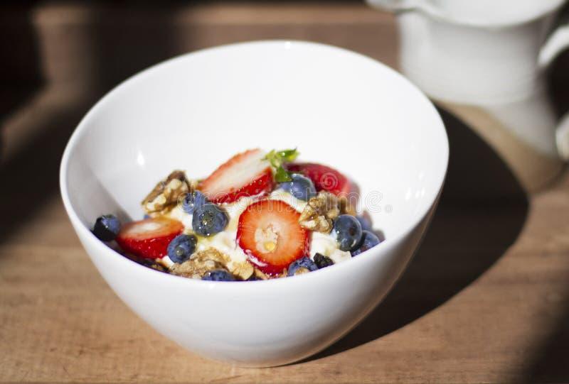 Jogurt mit Muesli, Frucht u. Walnüssen lizenzfreies stockbild