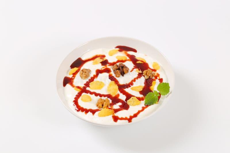 Jogurt mit Walnüssen, Corn-Flakes und Schokoladenbelag lizenzfreies stockbild