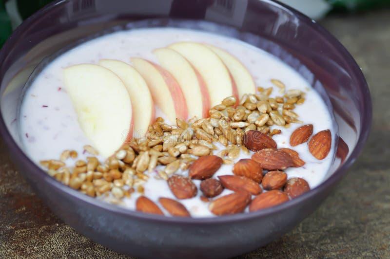 Jogurt oder Traubenjoghurt mit Apfel, Mandel stockbild