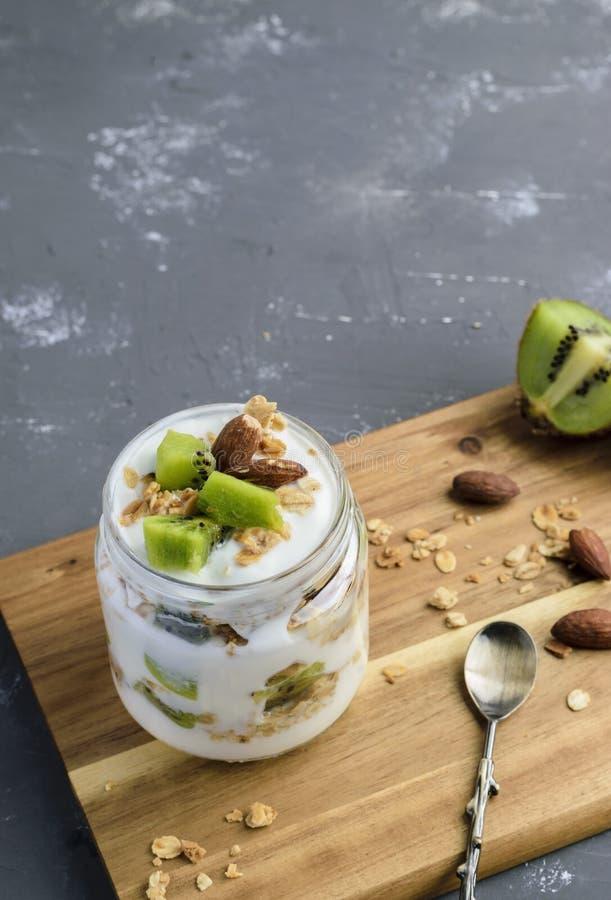 Jogurt-Parfait mit Kiwi und Granola lizenzfreie stockbilder