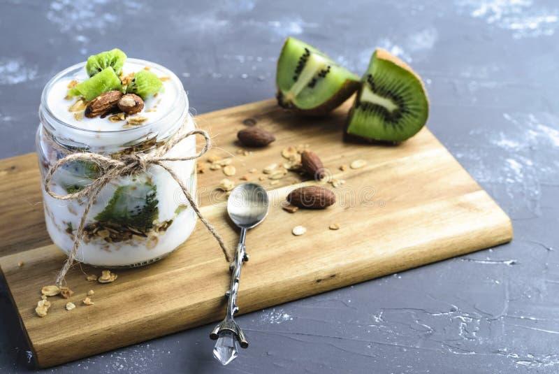 Jogurt-Parfait mit Kiwi und Granola lizenzfreies stockfoto