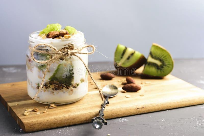Jogurt-Parfait mit Kiwi und Granola stockfotos