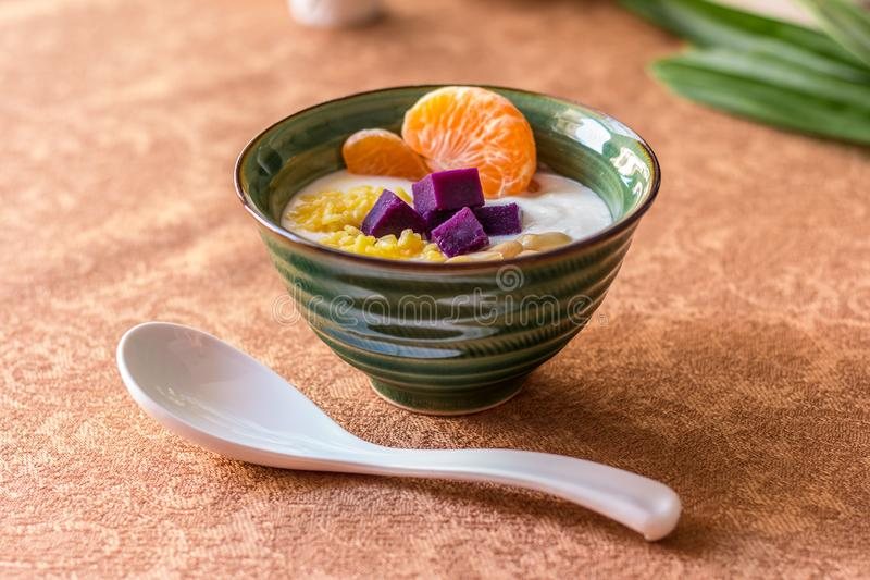 Jogurt w zielonym pucharze z łyżką zdjęcia stock