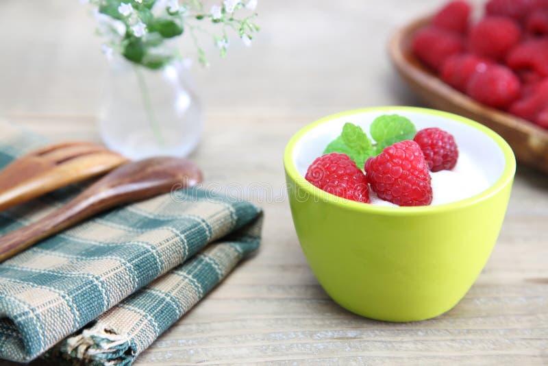 Jogurt z malinką zdjęcie royalty free