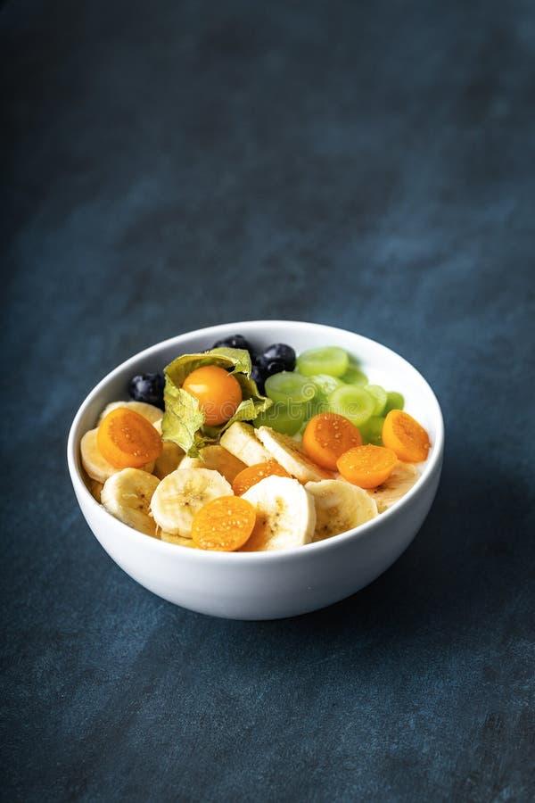 Jogurt z owoc, winogronami, pęcherzycą, bananami i czarnymi jagodami, zdjęcie royalty free