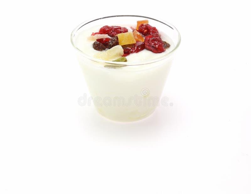 Jogurt z suchymi owoc zdjęcia stock