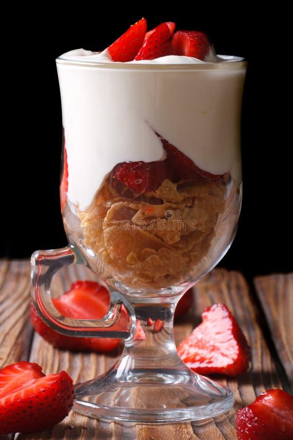 Jogurt z truskawkami i cornflakes na ciemnym tle obrazy royalty free