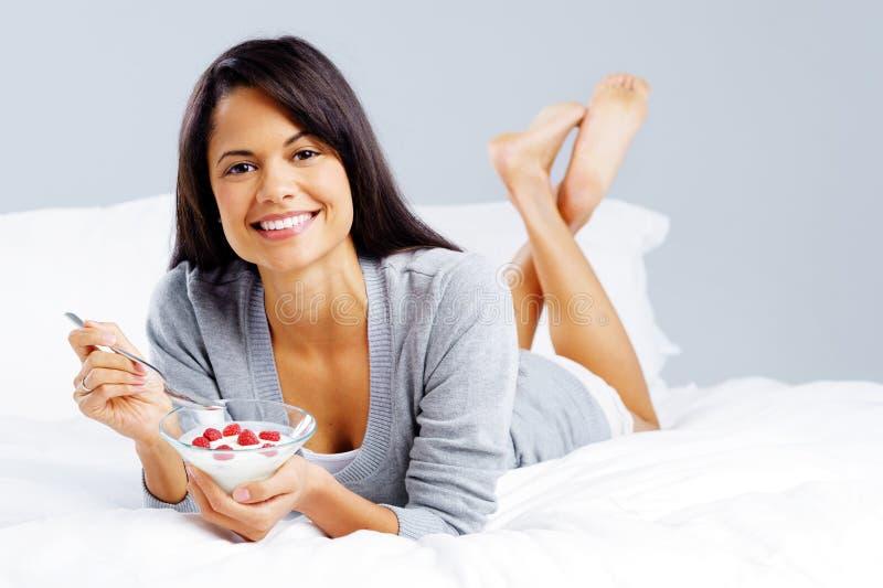 Jogurt zdrowa kobieta obraz stock