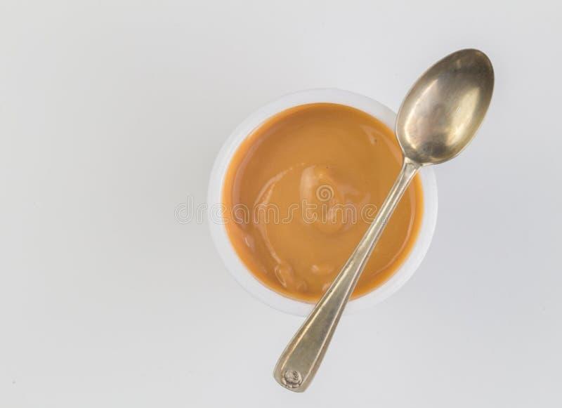 Jogurthintergrund mit Draufsichtfoto des Karamells würzte Jogurt herein lizenzfreie stockfotografie