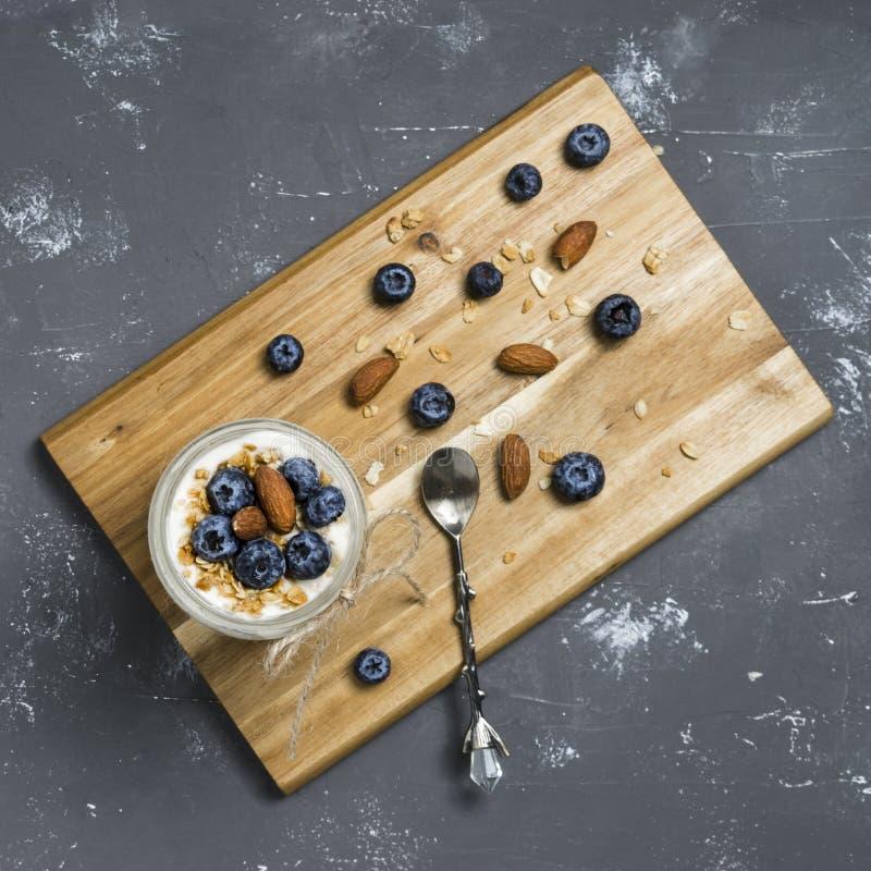 Jogurtparfait mit Blaubeeren und Granola stockbilder