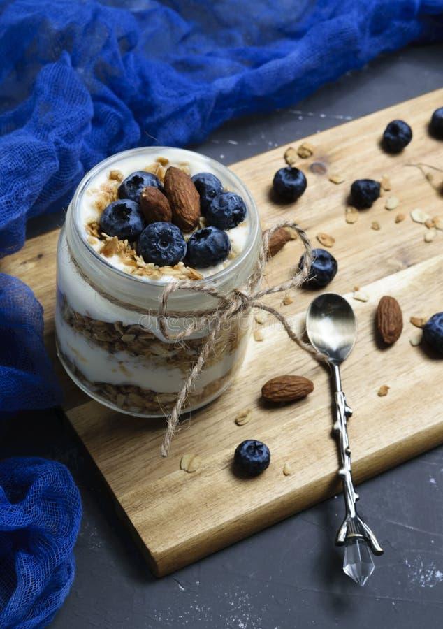 Jogurtparfait mit Blaubeeren und Granola lizenzfreies stockfoto