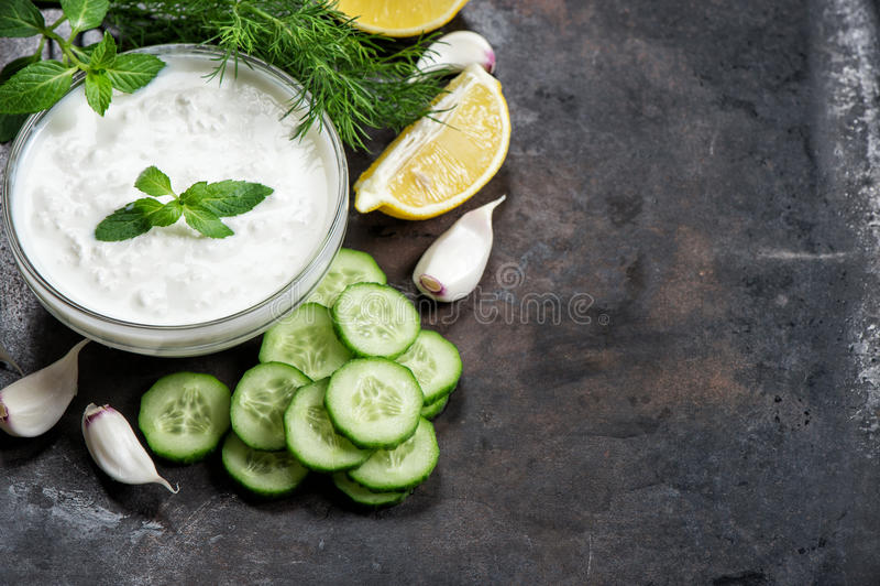 Jogurtu kumberlandu tzatziki z ogórkiem, czosnek, koper obrazy stock