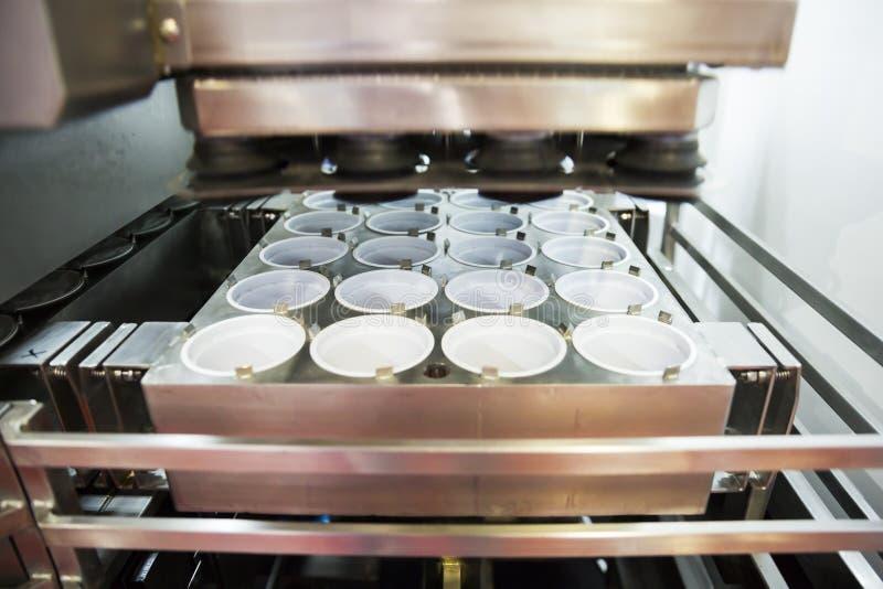 JogurtVerpackungsmaschine lizenzfreies stockbild