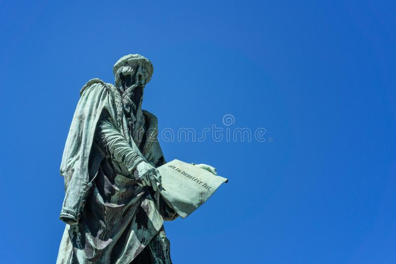 Johannes Gutenberg bronsstaty arkivfoto