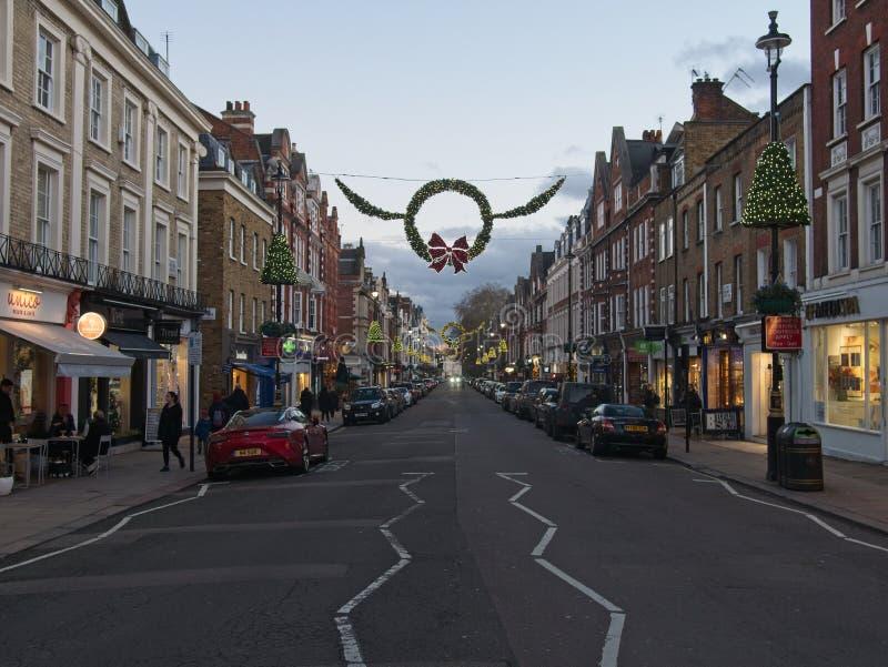 Johannes hölzerne Höhen-Straße mit Weihnachtsdekoration am Abend lizenzfreies stockbild