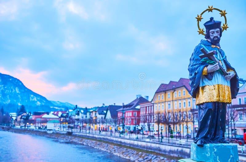 Johannes Nepomuk staty och aftonstaden, dåliga Ischl, Salzkammergut, Österrike arkivfoto