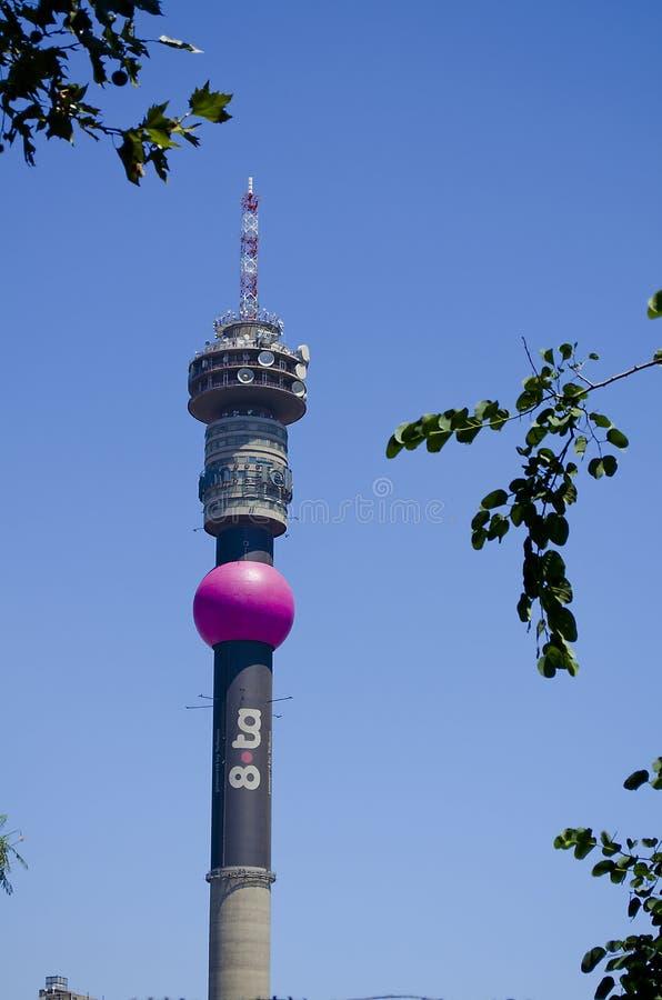 La torre de Telkom Hillbrow pasa por alto Johannesburg fotografía de archivo
