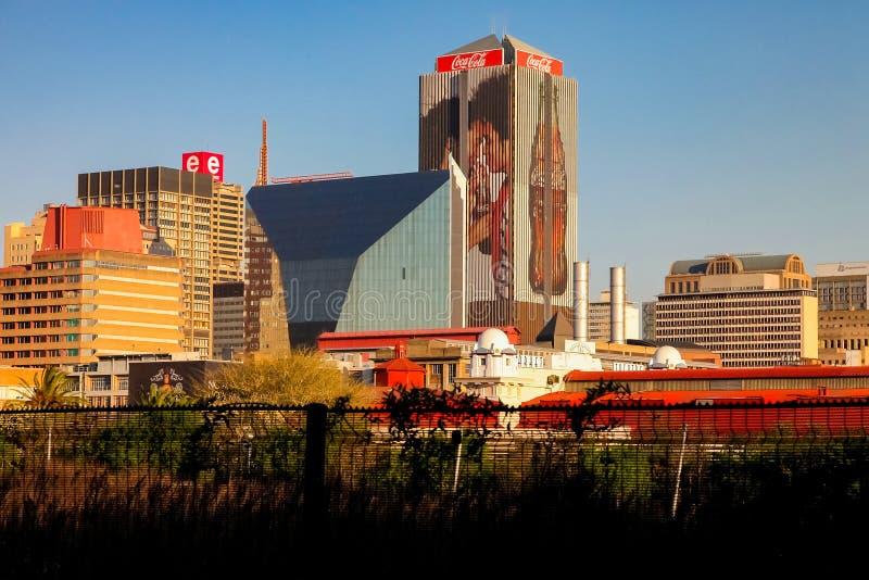 Johannesburg dzielnicy biznesu Środkowi budynki i drogi obraz royalty free