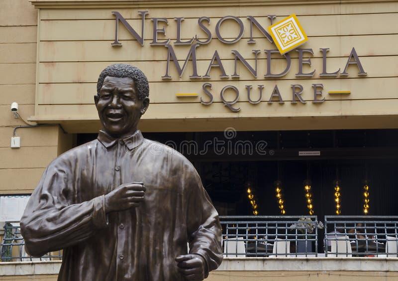 Brons statyn av Nelson Mandela i Johannesburg. royaltyfri foto