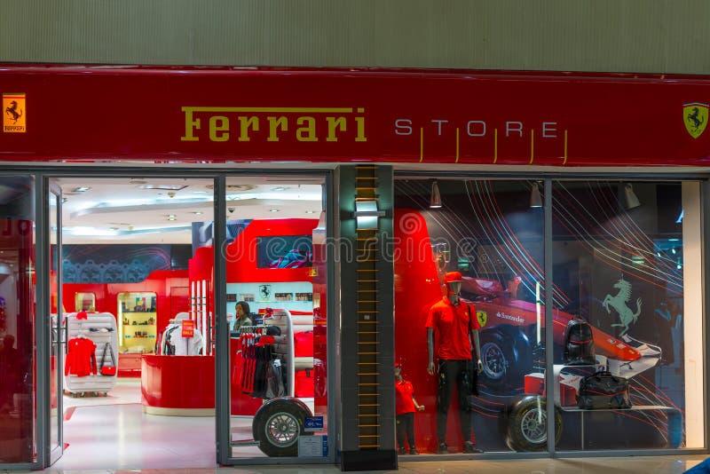 Johannesburgo, Suráfrica - 12 de septiembre de 2016: Tienda de Ferrari en el terminal de aeropuerto internacional de Johannesburg fotografía de archivo libre de regalías
