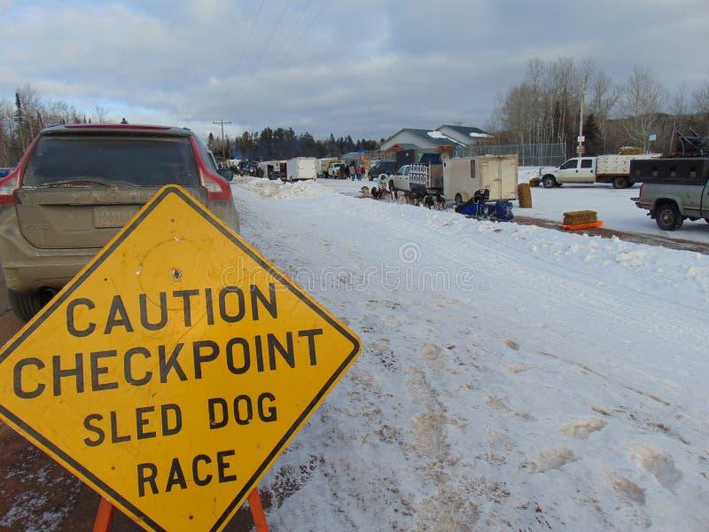 John Beargrease Sled Dog Marathon 2018 kommer med hundlastbilar och släp galore till den lilla northshorestaden av bäverfjärden i fotografering för bildbyråer