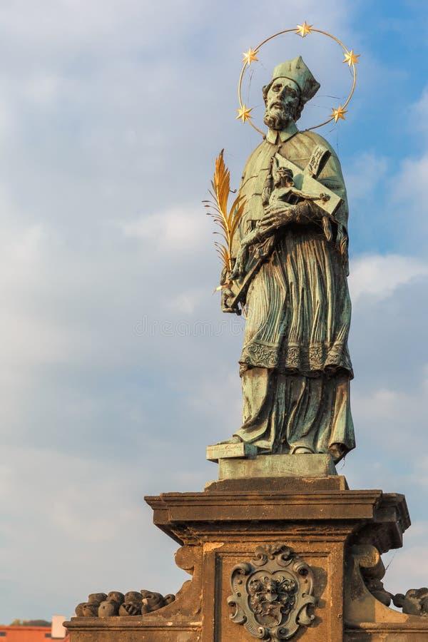 John de Nepomuk sur Charles Bridge à Prague, République Tchèque photographie stock libre de droits