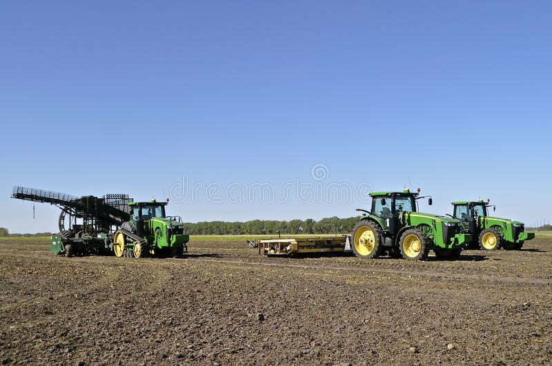 John Deere ciągniki w sugarbeet polu obraz stock