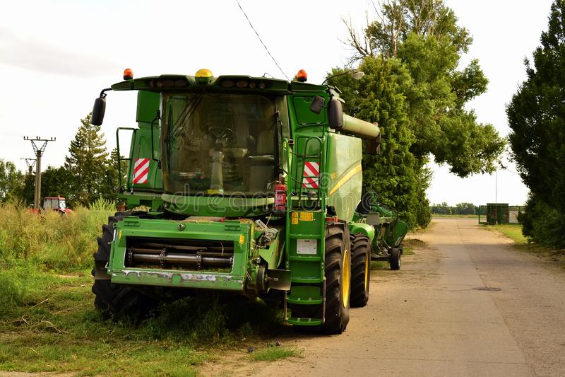 John Deere Harvester na farmie zdjęcia stock