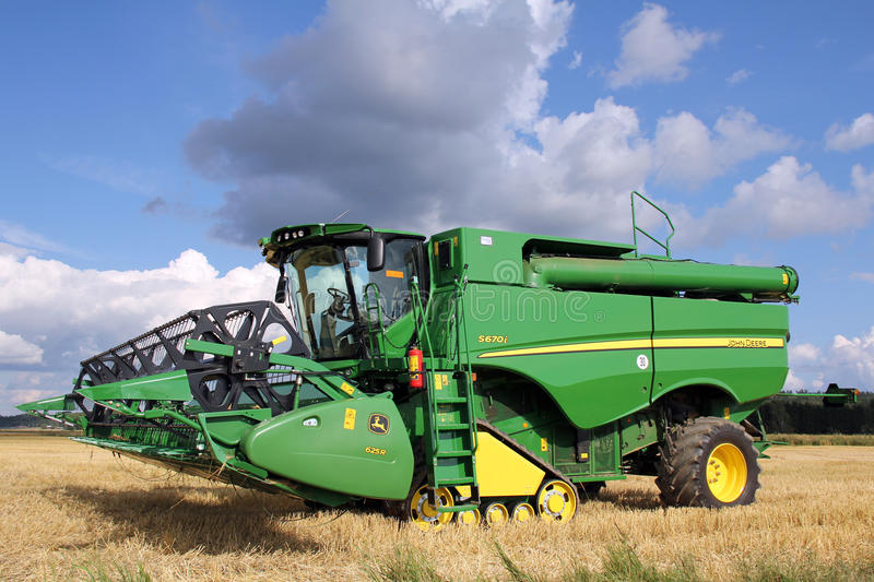 John Deere Harvester S670i with header 625r stock photography