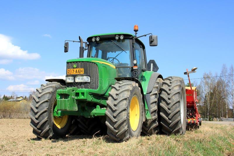 John Deere 6620 Landbouwtrekker en Vaderstad-Landbouwer stock afbeeldingen