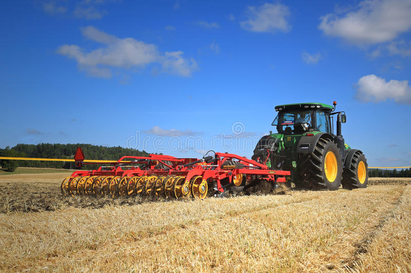 John Deere 8370R Tractor and Vaderstad Opus 400 Cultivator on Fi royalty free stock photos