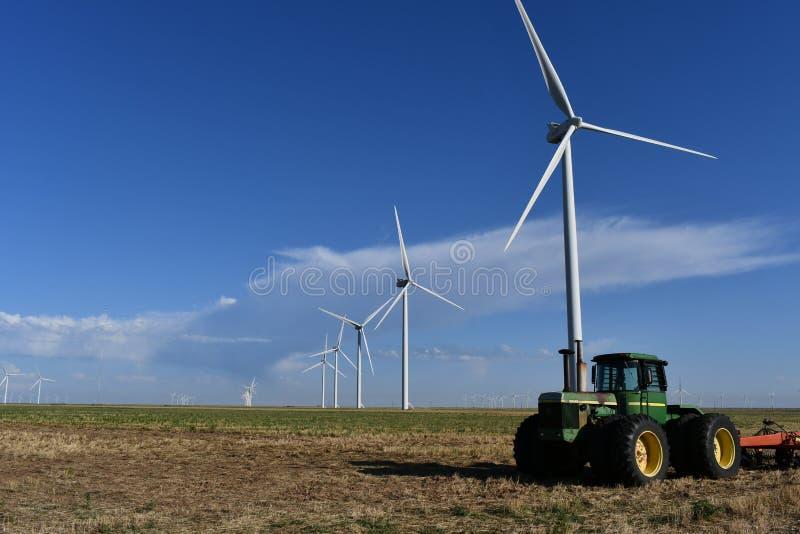 John Deere Tractor z Texas Windmills przeciwko Blue Sky z White Clouds zdjęcia stock