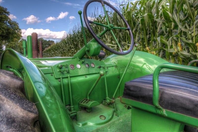 John Deere Trator verde antigo no campo de milho fotos de stock