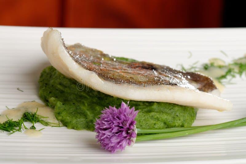 John Dory-Fischfilet auf Spinat lizenzfreies stockfoto