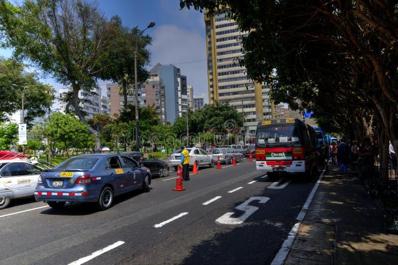 John F Kennedy Park em Lima Peru com barras e ônibus dos turistas imagens de stock royalty free