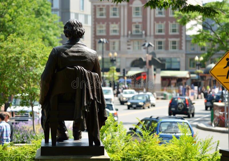 John Harvard Statue auf Harvard-Quadrat stockbild