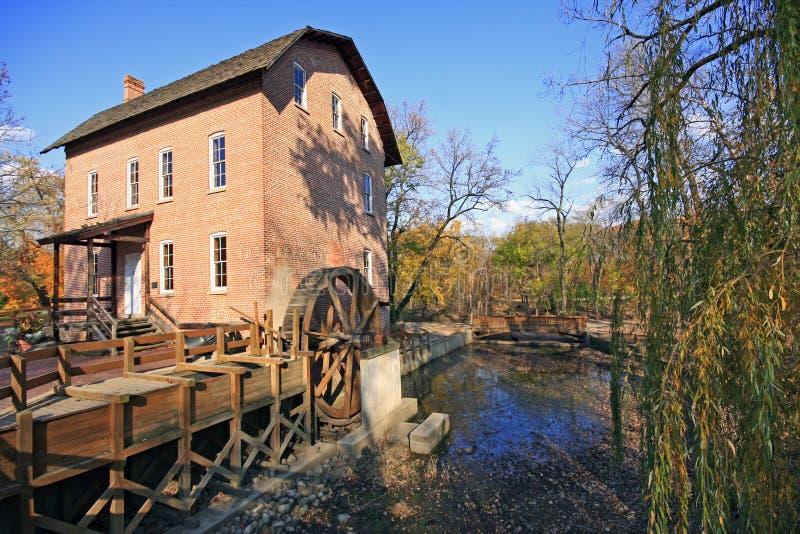 John houten maalkorenmolen in de herfst stock afbeelding