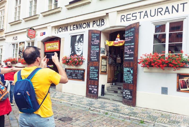 John Lennon-Kneipeneingang in Prag lizenzfreie stockbilder
