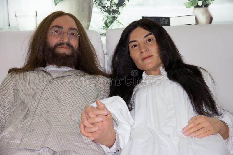 John Lennon och Yoko Onos Säng-i waxwork arkivfoton