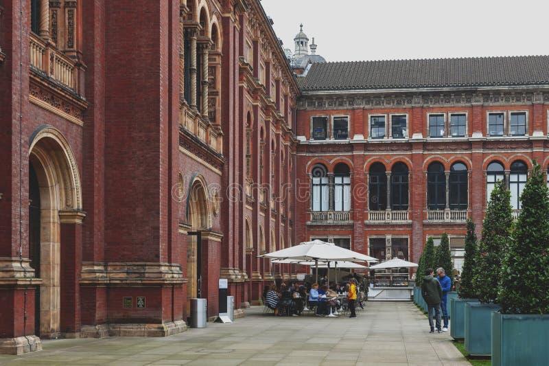 John Madejski Garden in interne binnenplaats van Victoria en Albert Museum, wereld` s grootste museum van decoratief kunsten en o stock afbeelding