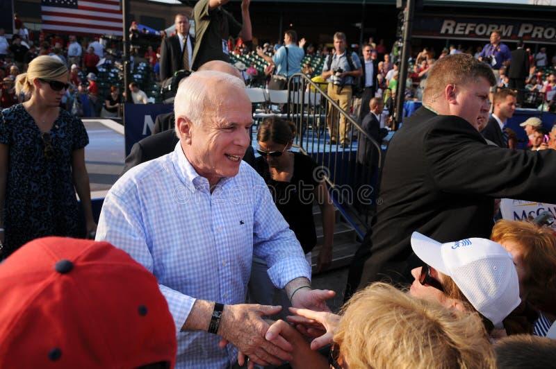 John McCain se serre la main images libres de droits